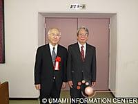 上田條二教授(右)(青森大学薬学部・日本薬学会東北支部大会実行委員長)と栗原理事長(左)