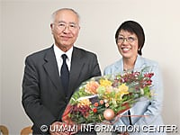 栗原堅三前理事長(左)と二宮理事